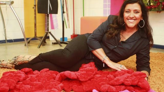 """Apresentadora do """"Esquenta"""", Regina Casé conta que gasta de fortunas até mixarias com o que gosta"""