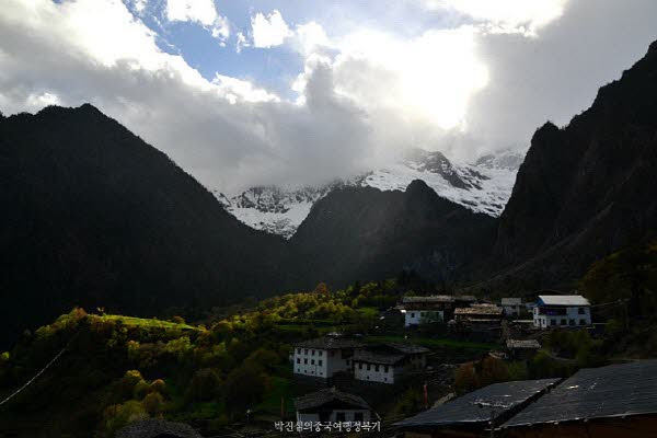 고산지대에 있는 위뻥의 날씨는 예측 할 수 없다. 이따금 흐렸다가도