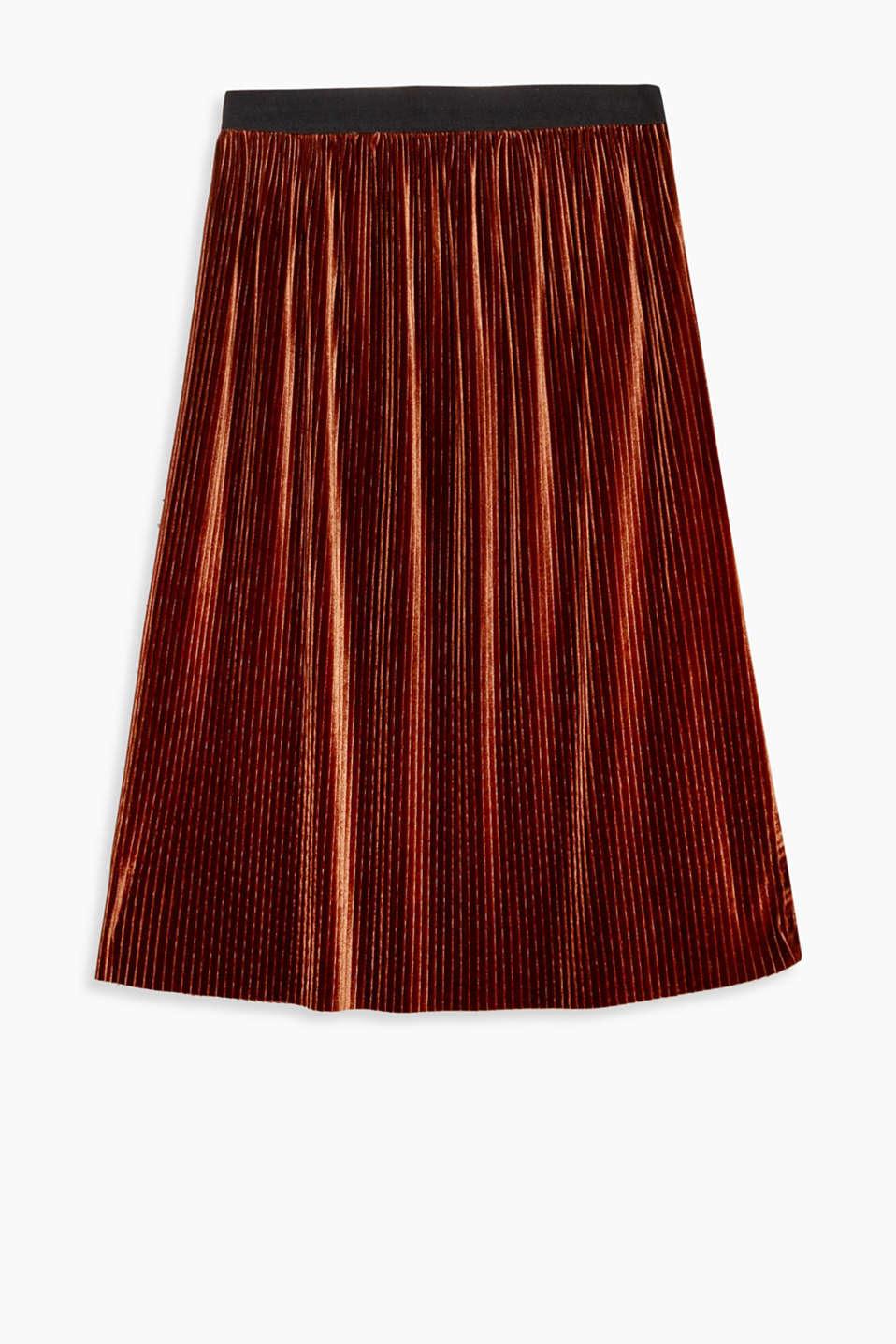 Questa gonna maxi completa perfettamente qualsiasi outfit e cattura gli sguardi grazie al velluto delicato.