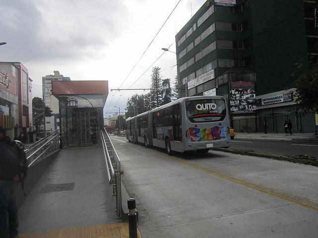 El sistema de trolebuses por corredor dedicado de Quito fue una iniciativa muy aplaudida por reducir la contaminación en la capital de Ecuador. Pero esos buses movidos por rieles aéreos eléctricos han sido sustituidos por unidades de motor diesel, por su menor costo. Crédito: Mario Osava/IPS