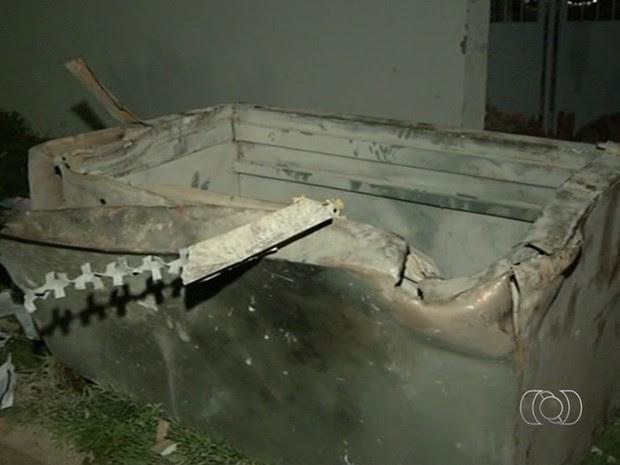 Cofre de banco foi parar no meio da rua após explosão, em Mara Rosa, Goiás (Foto: Reprodução/TV Anhanguera)