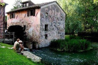 La ruota si specchia nel fiume