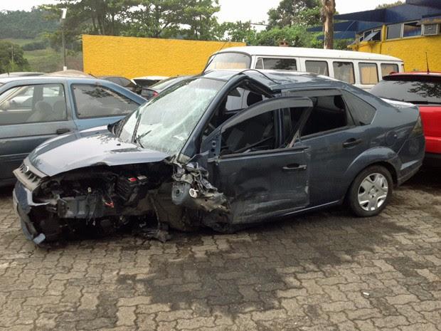 Carro de Carlos Alberto Martins de Souza ficou danificado após acidente na Via Dutra (Foto: Vinicius Lima/G1)