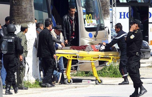 Une victime est évacuée du musée Bardo de Tunis, mercredi 18 mars 2015 après une attaque terroriste. AP Photo/Hassene Dridi