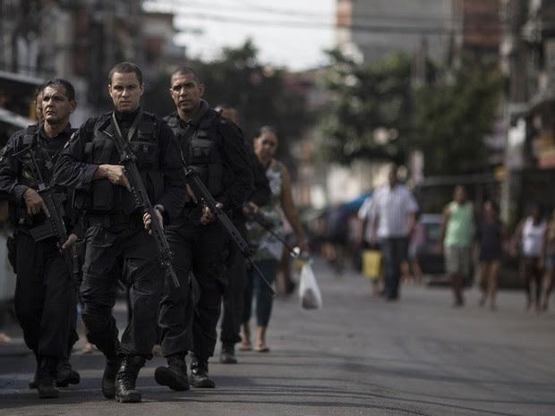 Policiais do Bope andam pelas ruas do complexo da Maré no Rio de Janeiro (Foto: Felipe Dana/AP)