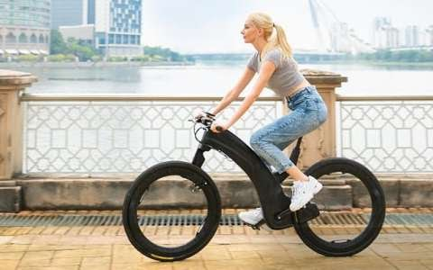 Reevo, a futuristic electric bike with wheels without spokes