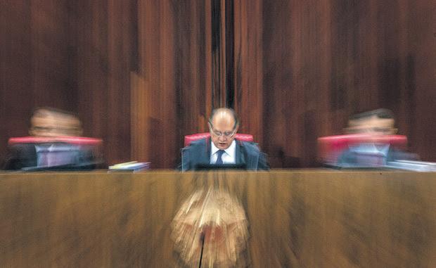 ao centro,o presidente do TSe,gilmar mendes,em sessão que julgou a chapa Dilma-Temer