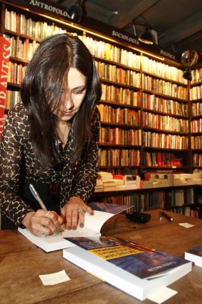 Claudia no lançamento do livro no Rio