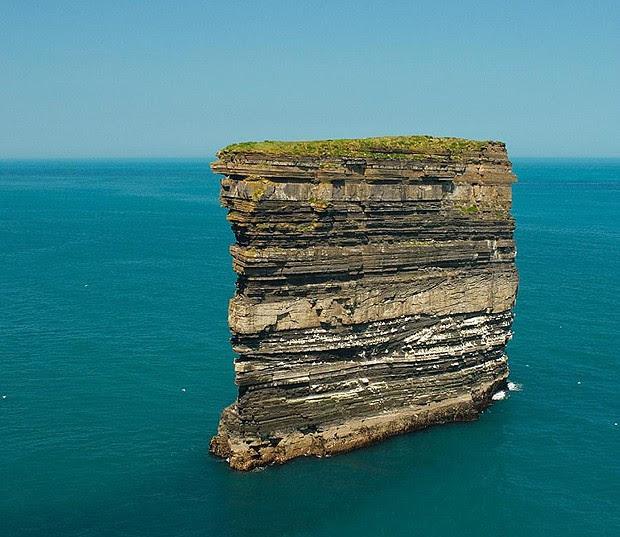 A rocha Dan Bristy tem 50 metros de altura e fica a 80 metros da praia, na costa da Irlanda (Foto: Divulgação)