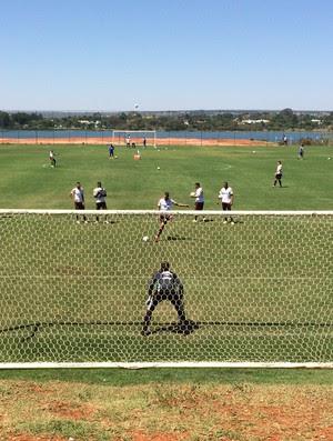 Guerrero treina cobrança de pênalti no CT do Brasiliense (Foto: Ivan Raupp)