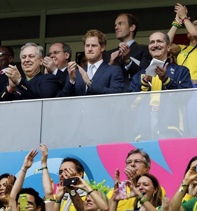 Aplauso: Harry aplaude como times entram em campo para o jogo Brasil v Camarões no Estádio Nacional