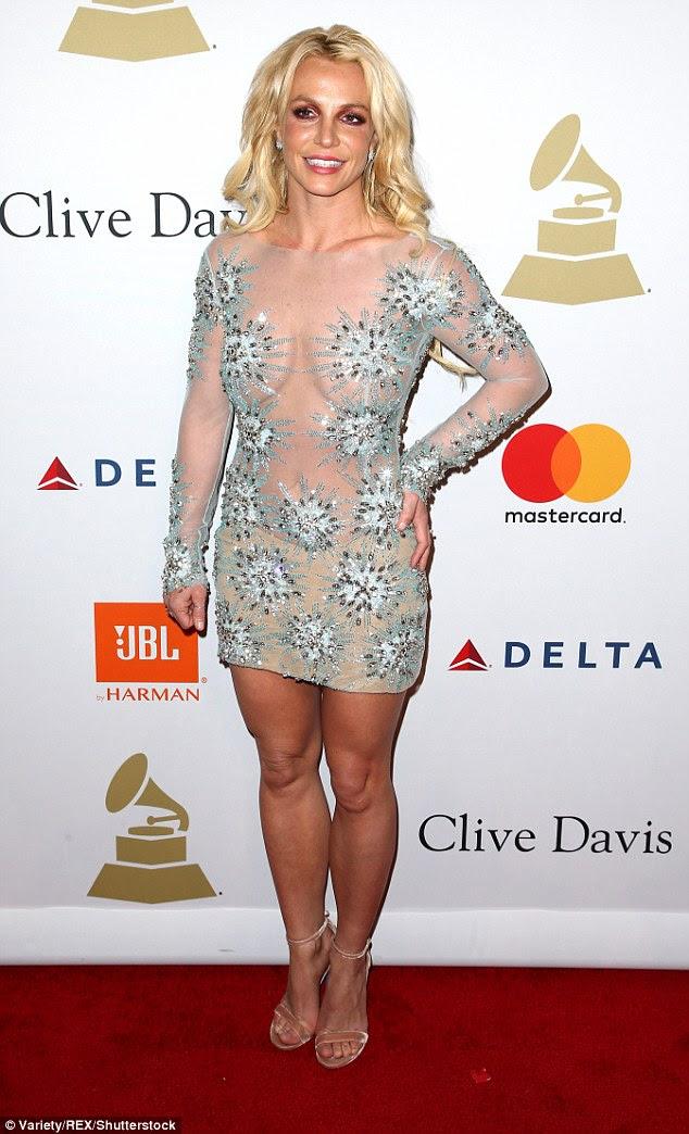 """Britney Spears, de 35 anos, aparentemente bateu de volta em Katy Perry por seu comentário de """"cabeça raspada"""" no Grammy Awards de domingo à noite com um verso da Bíblia"""