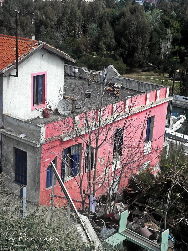 Από την Βασ. Παύλου προς την Ακτή Δηλαβέρη (το ροζ σπίτι). Είναι καφετέρια στην πραγματικότητα