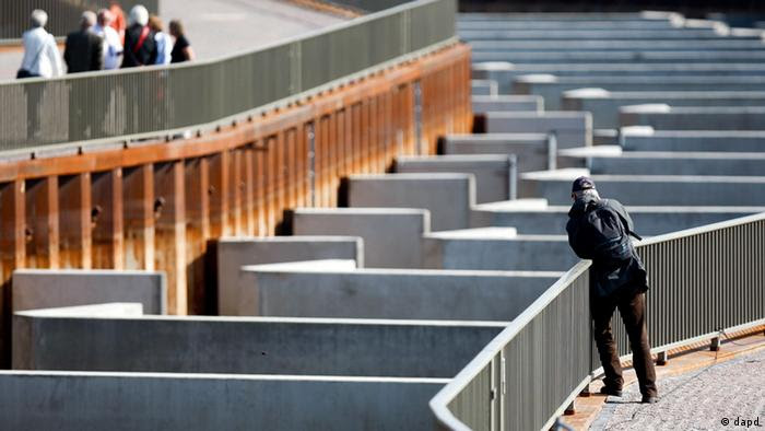 A visitor photographs the fish steps in Geesthacht, Germany. (Foto: Axel Heimken/dapd)