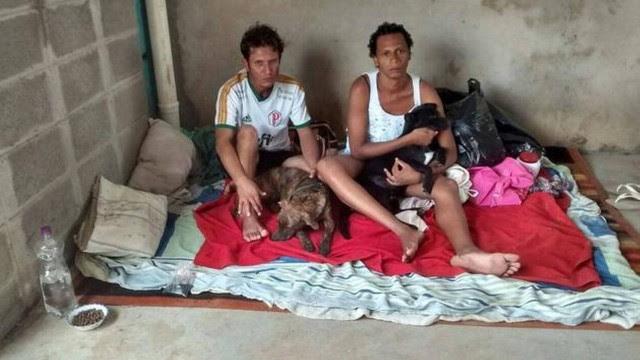 Carlos e Renata com os 'filhos' Milady e Paçoca