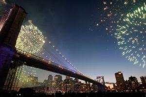 Fuegos artificiales de Nochevieja desde el puente de Brooklyn, en Nueva York (EE. UU.).