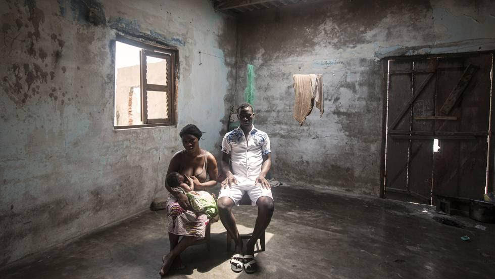 Komlan Setor (derecha), de 27 años, y Adjo Setor, de 25, en su casa de la ciudad costera de Agbavi, en Togo.