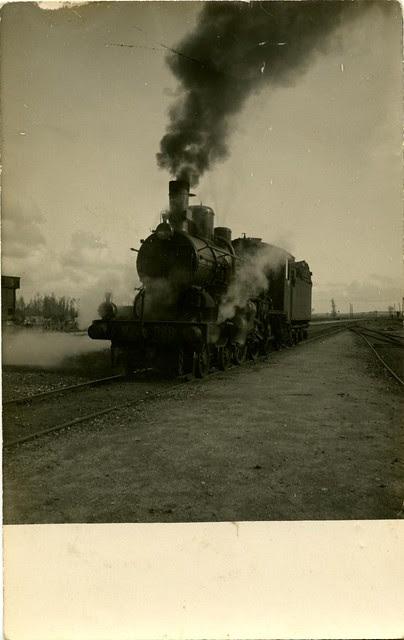 Locomotora en Toledo a comienzos del siglo XX. Fotografía de D. Pedro Román Martínez. Centro de Estudios Juan de Mariana. Diputación de Toledo