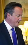 El primer ministro británico, David Cameron, posa para una fotografía durante una reunión con el ministro en jefe de Gibraltar, Fabian Picardo, en Londres, ago 30 2013. Perdió por apenas 13 votos, pero el fracaso del primer ministro británico, David Cameron, en obtener la aprobación parlamentaria para lanzar acciones militares contra Siria podría poner en duda el rol de Gran Bretaña en el mundo, además de su propia carrera. REUTERS/Lewis Whyld/pool