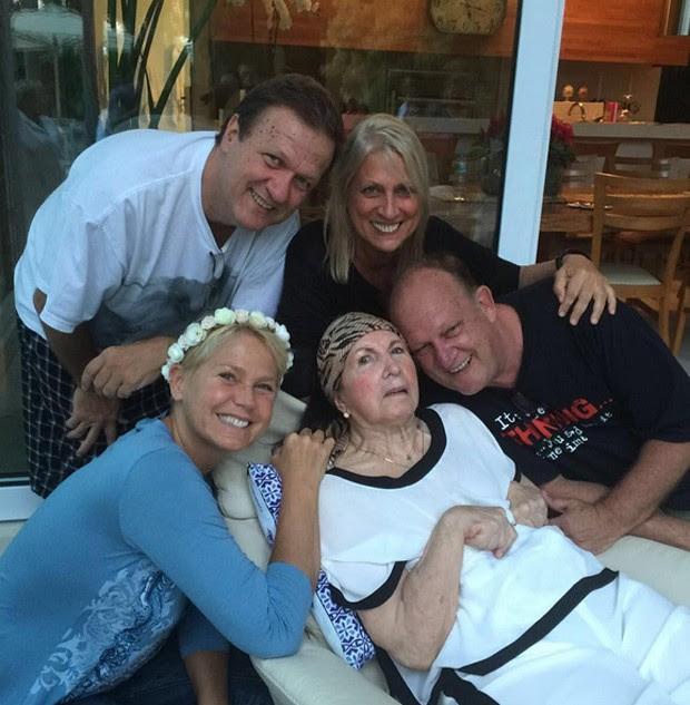 Xuxa com a mãe e os irmãos (Foto: Reprodução)