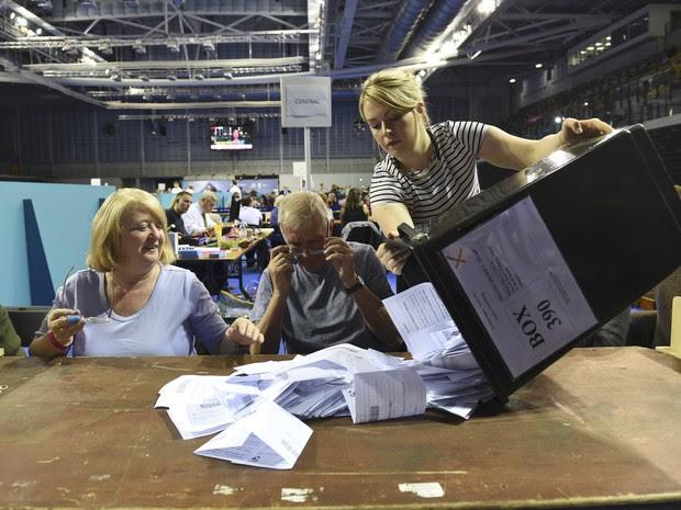 Urna chega para a contagem dos votos do referendo em seção eleitoral em Glasgow, na Escócia (Foto: REUTERS/Clodagh Kilcoyne)
