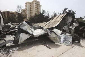 Uma vista de danos causados por confrontos de domingo em Tri ...