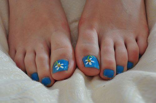 Daisy flower toe nails   Pretty Nails   Pinterest