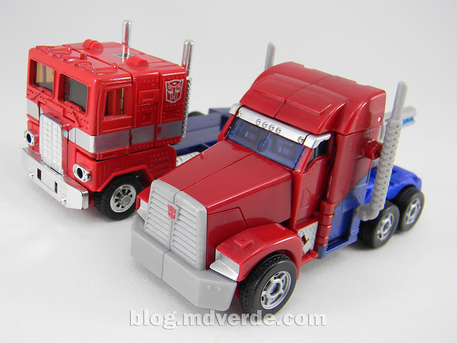 "Transformers Optimus Prime  ""Transformers Prime"" Deluxe SDCC - modo alterno vs G1"