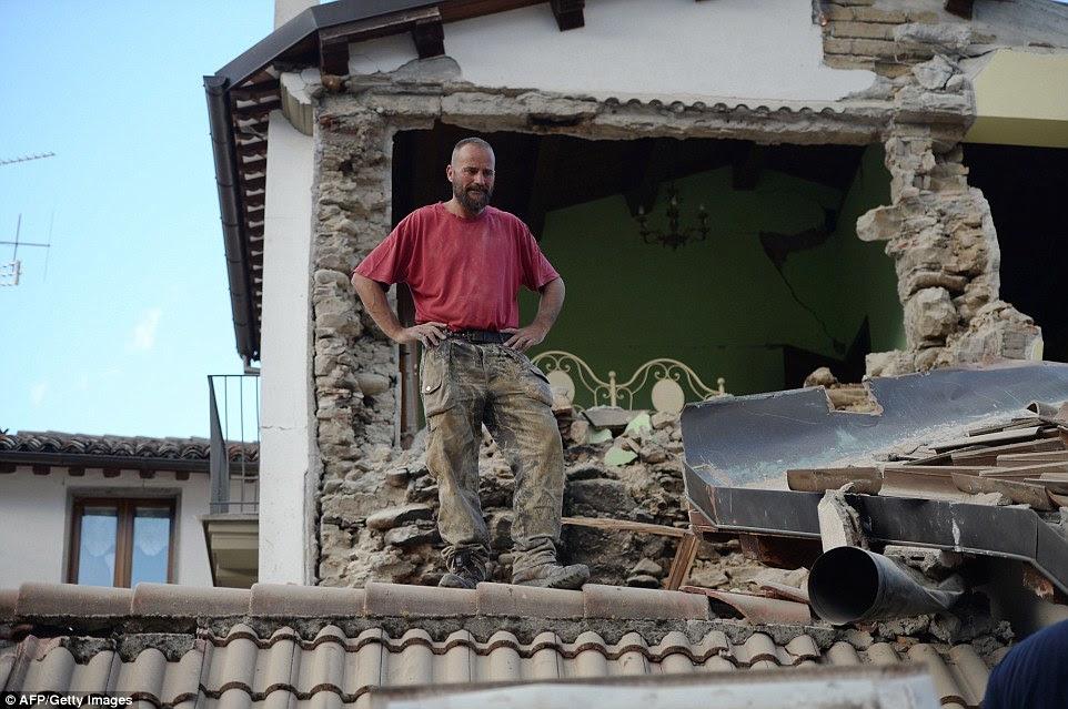 Atormentado: Um homem está em sua casa danificada após um heartquake forte atingiu Amatrice durante a noite