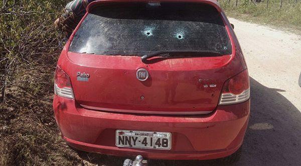 Assaltantes praticaram assalto em Felipe Guerra e abandonou o carro em estrada carroçável em Caraúbas (Foto: redes sociais).