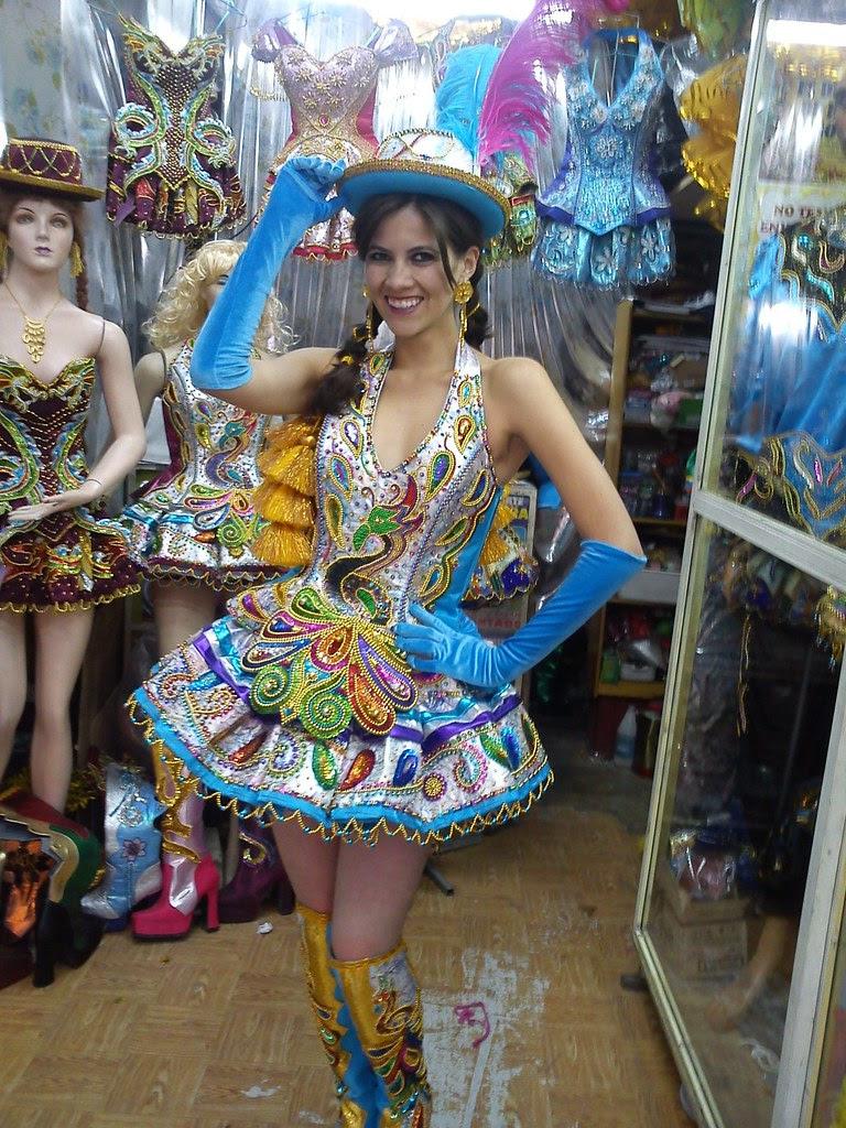 Claudia Fernández con traje de Morenada