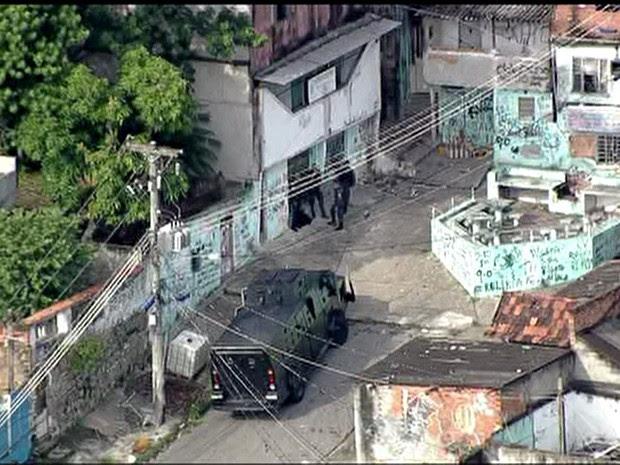 Polícia atua no Morro do Juramento após ataques a UPPs no Rio (Foto: TV Globo/Reprodução)