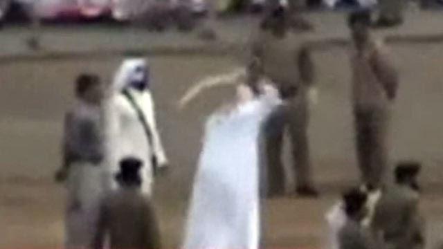 Gli uomini decapitati e appesi in Arabia Saudita