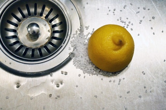 ينظف الحوض