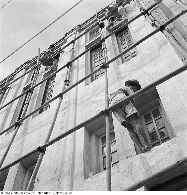 Bouwvakkers werken op bamboe steiger aan de 'Menteng'-bioscoop in de gelijknamige wijk te Jakarta, Indonesië (1947)