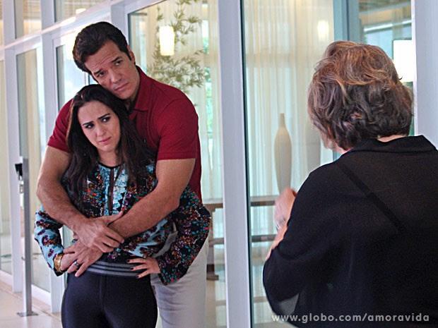 Valdirene não engole os planos da sogrinha (Foto: Amor à Vida/TV Globo)