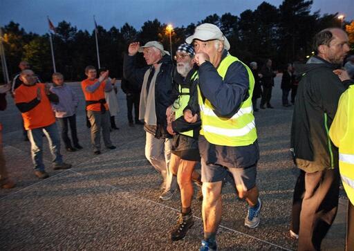 Pour les derniers mètres, comme durant toute l'épreuve, les participants se soutiennent. Photo « Le Maine Libre » - Olivier Blin