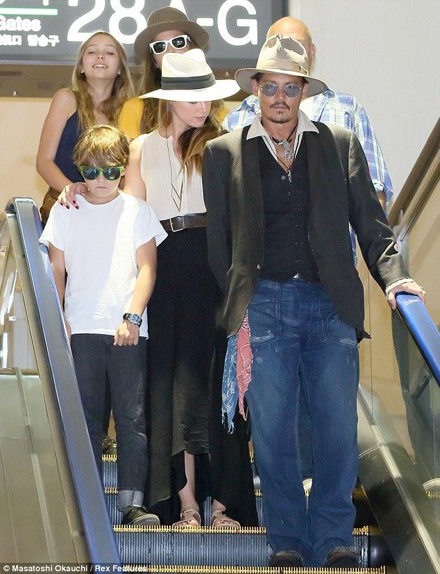Onde em seguida?  Johnny Depp e Amber Heard namorada acompanhar seu filho Jack e sua filha Lily-Rose (canto superior esquerdo) no aeroporto de Narita, em Tóquio nesta quinta-feira
