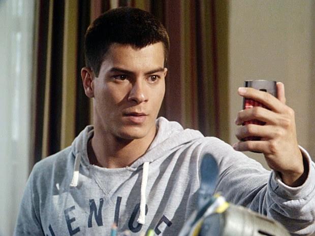Duca marca encontro com o irmão por telefone (Foto: TV Globo)
