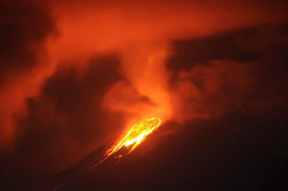El volcán Soputan entra en erupción