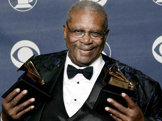 B.B. King posa com os dois prêmios Grammy, no Madison Square de Nova York, em fevereiro de 2003. (Foto: Arquivo / Peter Morgan / Reuters)