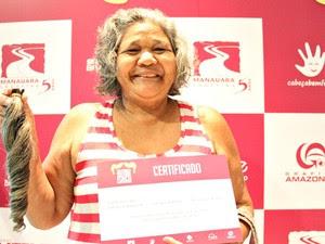 'Nos tornamos mais humanos', disse a aposentada Dalva Santos após doar cabelos a instituto (Foto: Jamile Alves/G1 AM)