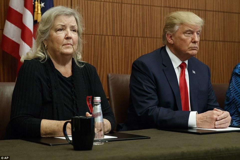 Juanita Broaddrick (à esquerda) apareceu ao lado de Donald Trump para apontar um dedo acusador para o ex-presidente e culpar sua esposa - de Trump oponente Hillary - para intimidar-la em silêncio