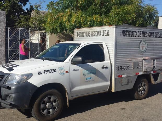 O IML foi chamado ao local para recolher o corpo (Foto: Ednardo Blast/ TV Grande Rio)