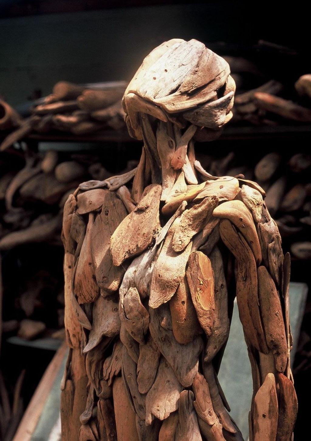 As inquietantes esculturas feitas com detrito de madeira no meio de bosque pelo japonês Nagato Iwasaki 02