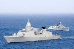HNLMS De Ruyter et BNS Westdiep devant la cote de Curacao 26-5-2006