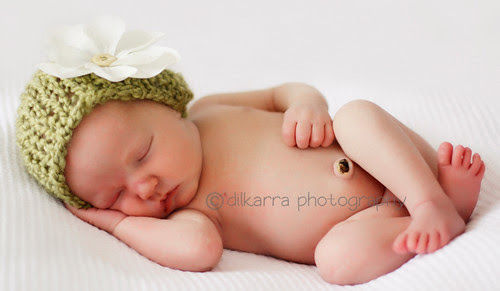 Curly black hair; blue eyes; pale skin. D: Dalia Isabelle [nb] - 8lb 2oz.