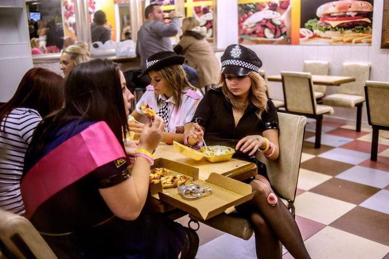 Им только что сказали, что стриптизеров в пиццериях не бывает  девичник, прикол, юмор