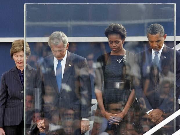 O presidente Barack Obama e o ex-presidente George W. Bush (junto a suas esposas) participam de homenagem a vítimas do 11 de Setembro  (Foto: AP)
