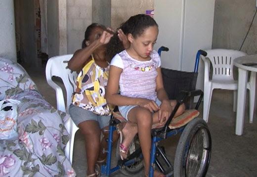Andreza caminha com apoio de cadeira de rodas, mas precisa de andador (Foto: Imagem/TV São Francisco